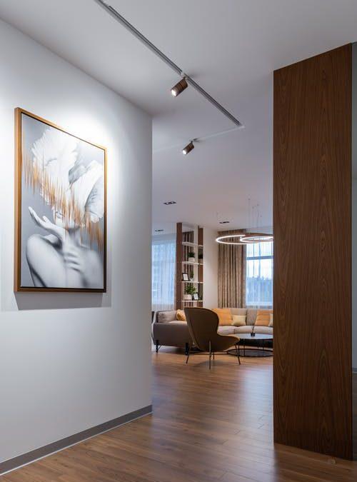 Comment bien mettre en valeur les murs du salon?